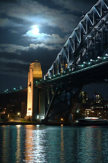 Luna Light - Night image of Sydney Harbour Bridge taken with the full moon (Gino Iori 2007)